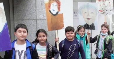 Zwei engagierte Frauen präsentieren die Künstler der Düsseldorfer Malerschule im Stadtbild.